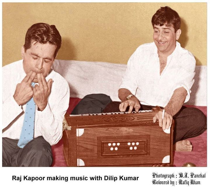 FB 1827 - TWO maestros of India and Indian Cinema .. Raj Kapoor & Dilip Kumar making music !! their contribution to the world of Cinema will remain UNMATCHED ..🇮🇳️🇮🇳️🙏🙏