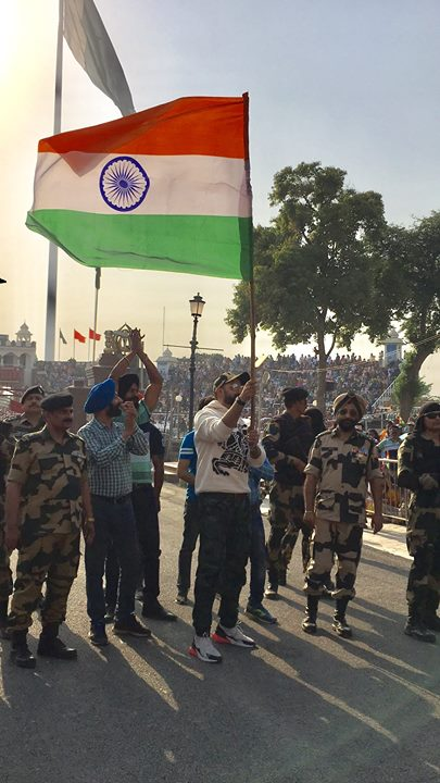 FB 1960 - Abhishek at the Attari border .. जय हिंद !!🇮🇳🇮🇳🇮🇳🇮🇳🇮🇳🇮🇳 भारत माता की जय !! He said it was a riveting moment for him ; great patriotism, goose bumps and pride in our National Flag .. I have given a voice over at the Guard ceremony there !!