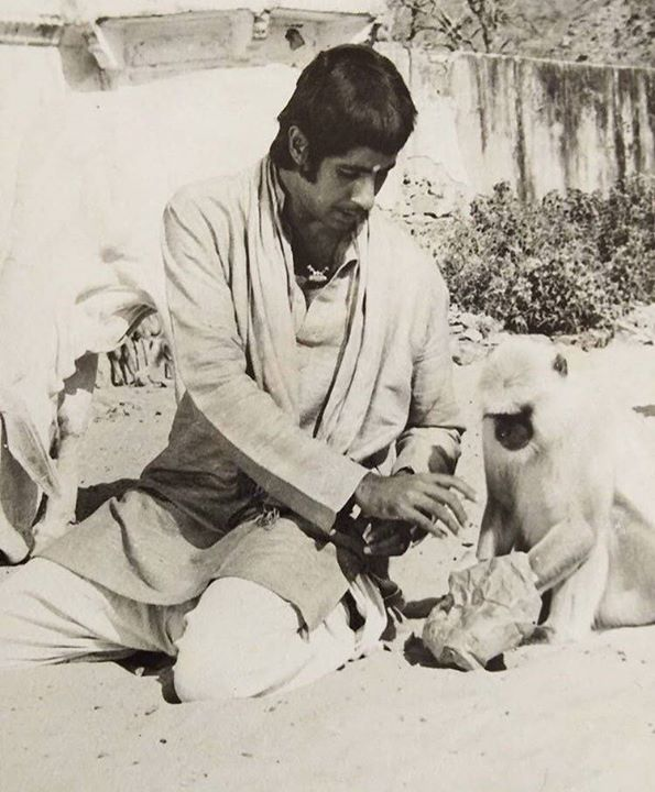 FB 2035 - Feeding a 'langur' at Hrishikesh Laxman Jhoola, during shoot of 'Ganga ki Saugandh' .. until another came and gave me a whack on the face for ignoring him .. hahahahaha