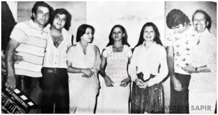 FB 2657 - ... the  Mahurat of 'Amar Akbar Anthony' .. from right Man ji ( Manmohan Desai) ; a bowed headed AB ; Parveen Babi ; Shabana Azmi ; Neetu Singh ; Vinod Khanna ; Dharam ji who gave the clap .. Chintu ji was absent .. AAA , ran 25 weeks in 25 theatres in one city alone - MUMBAI .. all India can you imagine ? Golden and Diamond Jubilees galore !! Those were the days  !!