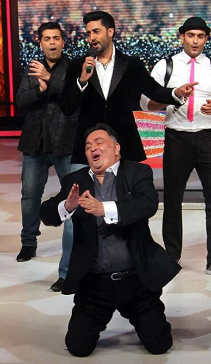 FB 2762 -  No one but no one could lipsync a song as perfectly as Rishi Kapoor .. just look at the passion in his expression .. incredible .. even at this age and at an event the genuineness is simply unforgettable .. !!👏👏👏👏👏👏👏